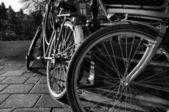 Bicicletas de holanda, amsterdam, estacionadas en un puente — Foto de Stock