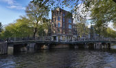 Holandia, amsterdam, jeden z wielu kanałów — Zdjęcie stockowe