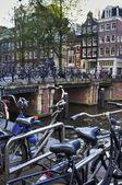 オランダ、アムステルダム、自転車橋で駐車 — ストック写真