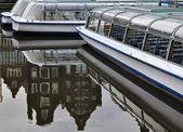 Balsas de Holanda, amsterdam, em um canal — Fotografia Stock