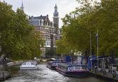 Transbordadores de holanda, amsterdam, en uno de los muchos canales — Foto de Stock
