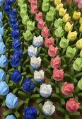 Holandia amsterdam, kwiaty rynku, drewniane ręcznie malowane tulipany — Zdjęcie stockowe