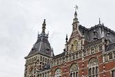 Vista olanda, amsterdam, la facciata della stazione ferroviaria centrale — Foto Stock