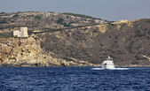 Ostrov malta, staré saracin věž a luxusní jachty — Stock fotografie