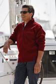 Italia, toscana, uomo invecchiato centrale in barca a vela — Foto Stock