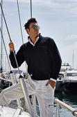 意大利,托斯卡纳,年轻模特身穿休闲帆船的船上 — 图库照片