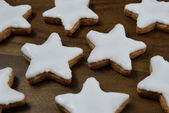 Cinnamon star cookies on a wooden board - Zimtsterne — Stock Photo