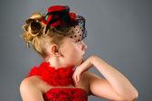 Junger mademoiselle kleinen schwarzen hut posiert im studio — Stockfoto