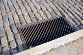 Metal Storm Drain on Historic Cobblestone Street in Pennsylvania — Stockfoto