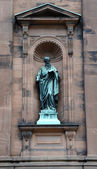 Saint Peter Statue outside the historic Saint Peter and Paul Basilica — Stock Photo