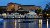 Philadelphia Art Museum and Fairmount Water Works at Dusk — Stockfoto