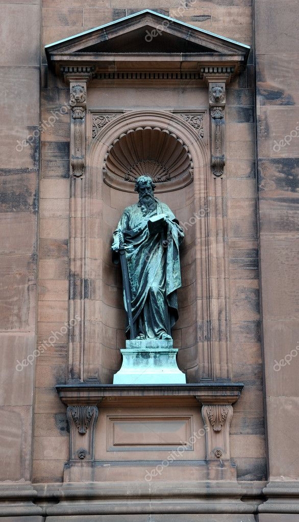 Saint Peter Statue outside the historic Saint Peter and Paul Basilica in Philadelphia, Pennyslvania — Stock Photo #7230382