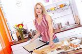 Kvinna bakning kakor — Stockfoto
