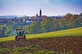Macchina di agricoltura con aratro — Foto Stock