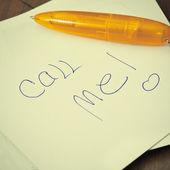 Appelez-moi écrit sur un post il note. — Photo