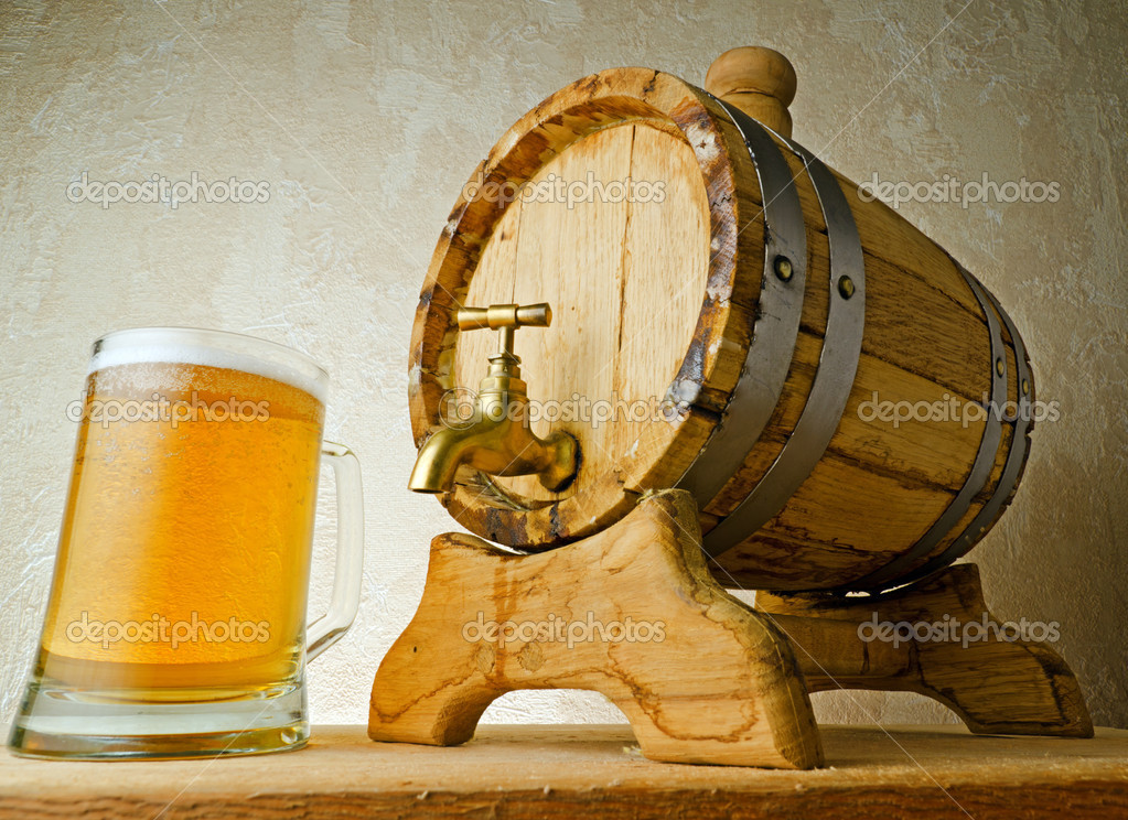 Beer and barrel on the wood table. — Stock Photo #7597432
