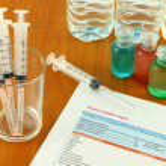 área de trabalho de preparação médica a trabalhar na mesa clínica — Foto Stock