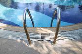 Corrimão de escada piscina. — Fotografia Stock