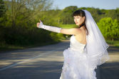 Невеста на дороге — Стоковое фото