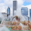 Chicago skyline with Buckingham fountain — Stock Photo