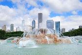 Chicago skyline with Buckingham fountain — Stock Photo