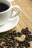 Heart made ​​of coffee beans — Foto Stock