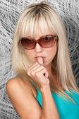 Aantrekkelijke blonde model in blauw shirt — Stockfoto
