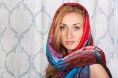 Bella modella in elegante sciarpa colorata — Foto Stock