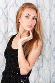 Splendida ragazza giovane con i capelli castani abbastanza in un abito nero — Foto Stock