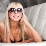Сексуальная блондинка модель в стильные солнцезащитные очки и черном белье — Стоковое фото