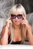 Stilvolle blondes fotomodell mit hübschen gesicht — Stockfoto