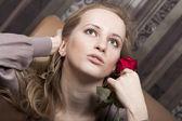 一朵红玫瑰性感的金发女人 — 图库照片