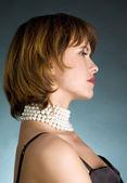 Ritratto di giovane donna con perline — Foto Stock