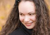 Mladá hezká žena v podzimním parku — Stock fotografie