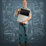 homem com laptop aberto em suas mãos — Foto Stock