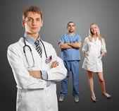 Mann der junge arzt mit stethoskop — Stockfoto