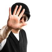 Kameraya bakarak gözlüklü adam — Stok fotoğraf