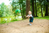 A cute little boy in a spring park — Stockfoto