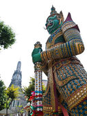 Giant Statue with the Pagoda in Wat Arun — Stock Photo