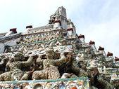 Estátua de macaco em ângulo do wat arun, banguecoque — Fotografia Stock
