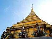 Statue gaurd at Pagoda of Wat Phra Kaew in Bangkok, Thailand. — Stock Photo