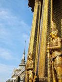 Estátua de ouro em wat phra kaew, banguecoque — Foto Stock