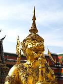Golden Statue gaurd giant Wat Phra Kaew — Stock Photo