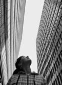 Girl looks upwards at high-rise buildings — Stock Photo