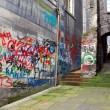 Back alley with graffiti, Edinburgh, Scotland — Stock Photo