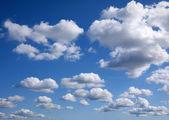 Fond de ciel bleu avec des nuages minuscules — Photo