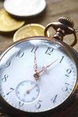 Старинные карманные часы на деревянных фоне — Стоковое фото