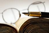 Gammal bok och penna — Stockfoto