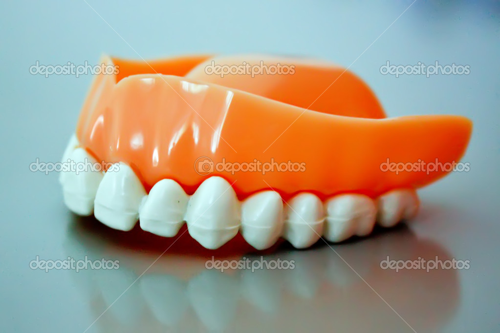 Dental prosthesis from ceramic material — Stock Photo #7163970