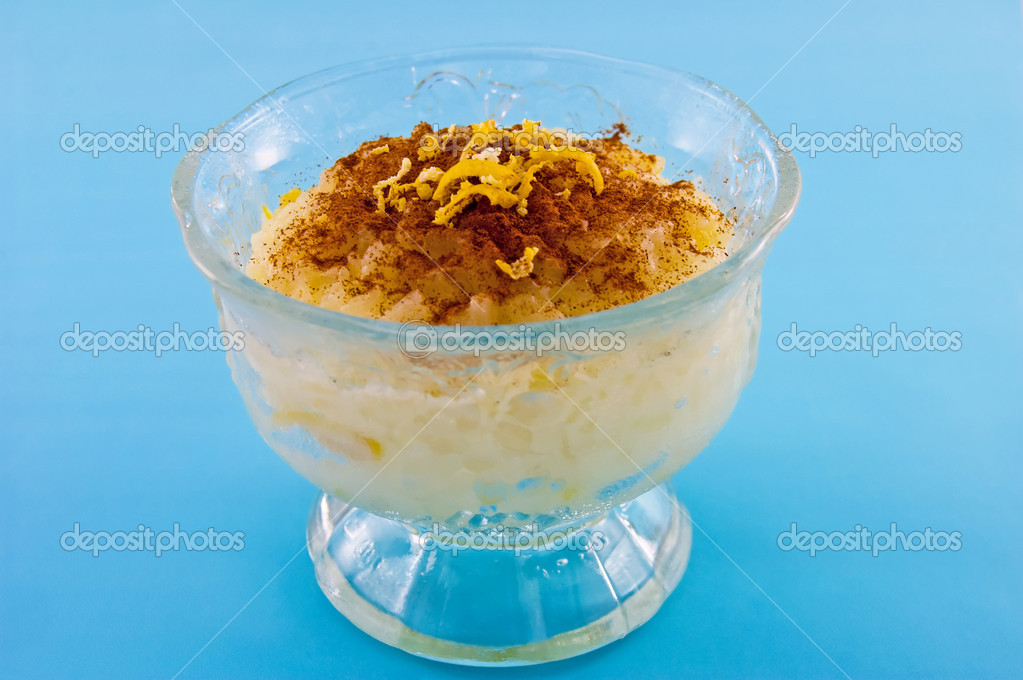 Homemade rice pudding with cinnamon and lemon zest garnish. — Stock Photo #7137947